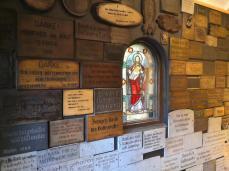 Dankestafeln an die Gottesmutter Maria links vom Eingang