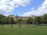 Institutsgebäude nebem dem Schloss