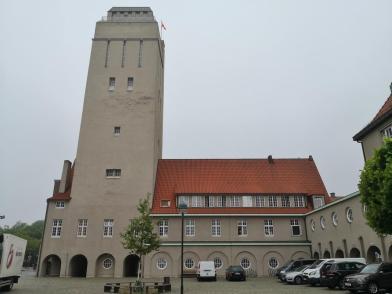 Der 44 Meter Hohe Wasserturm neben dem Rathaus