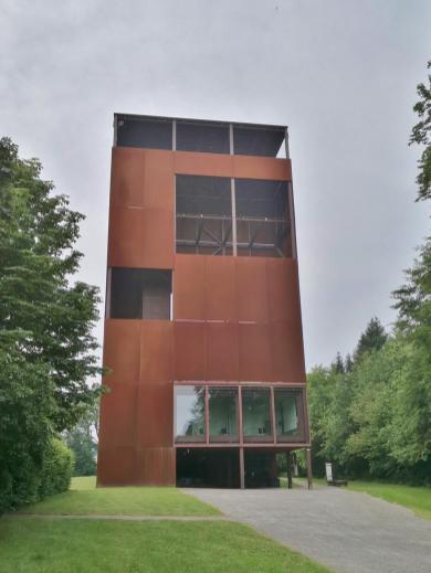 Turm des Museumsgebäudes, der einen Überblick über das vermutete Schlachtfeld ermöglicht
