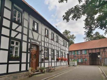 Blick aus der Schloßstraße zum Bergbaumuseum (hinten)