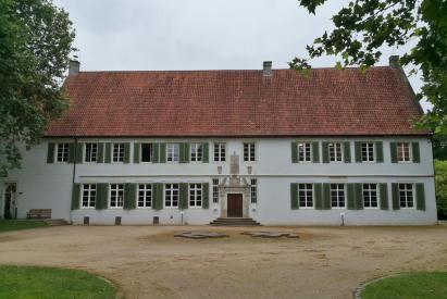 Frontseite des Hauptgebäudes