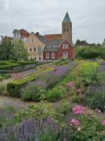 Blick vom Garten des Falkenhofs zur Stadtkirche St. Dionysius