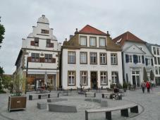 Links das Beilmannsche Haus am Markt von 1647