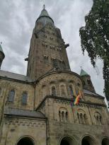 Aktuelles Symbol: Die Regenbogenfahne über der Eingangshalle