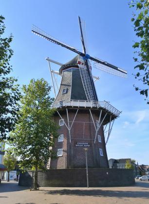 Holländer-Turmwindmühle Adam im Herzen des historischen Zentrums von Delfzijl
