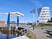 Hubbrücke vor der Schleuse am Eemskanaal in den Hafen