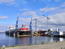 Großes Seeschiff im Drockendock