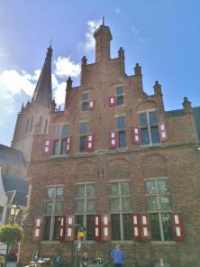Frontseite des Rathaus, dahinter die Große Martinikirche