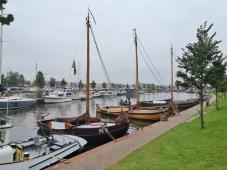 Boote vor dem Delfinarium