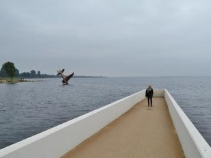 Steg ins Meer am Denkmal für die Alliierten Flieger des Zweiten Weltkriegs