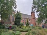 Blick durch de Klostergarten zum ehemaligen Kloster