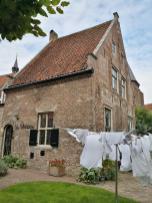 Vor dem alten Pfrarrhaus weht die Wäsche im Wind