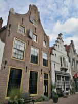 Straßenzug mit historischen Häusern