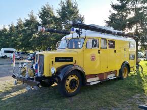 Ein echter Hinucker: Zum Wohnmobil umgebautes Feuerwehrfahrzeug