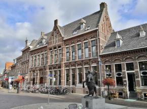 Neben dem historischen Rathaus