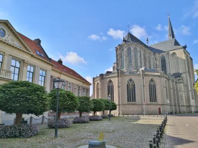 Chor der Bovenkerk, links die Theologische Universität