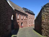 Die gut befestigte Kirchstraße hinauf zur Kirche und zur Burg