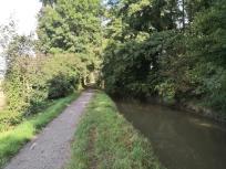 Der Angerbach auf seinem Weg Richtung Mündung in den Rhein bei Duisburg