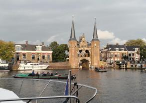 """Blick vom Hafenbecken """"De Kolk"""" auf das Wassertor"""