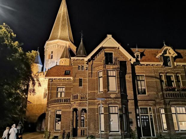 Häuser vor dem Drogenaps-Turm