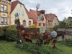 """Von Jugendlichen geschaffene Skulptur """"Wikingerschiff"""" im Garten der Jugendeinrichtung JuKu nahe unseres Stellplatzes"""