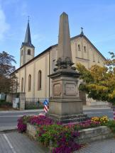 Kriegerdenkmal vor der katholischen Pfarrkirche St. Peter