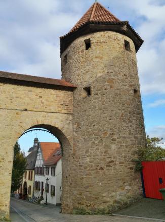 Roter Turm vor dem Markt