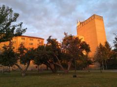 Die Malzfabrik wird von der aufgehenden Sonne angestrahlt