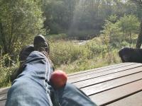 Wanderpause mit Apfel