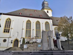 Doxi stärkt sich am Brunnen vor der Stephanskirche