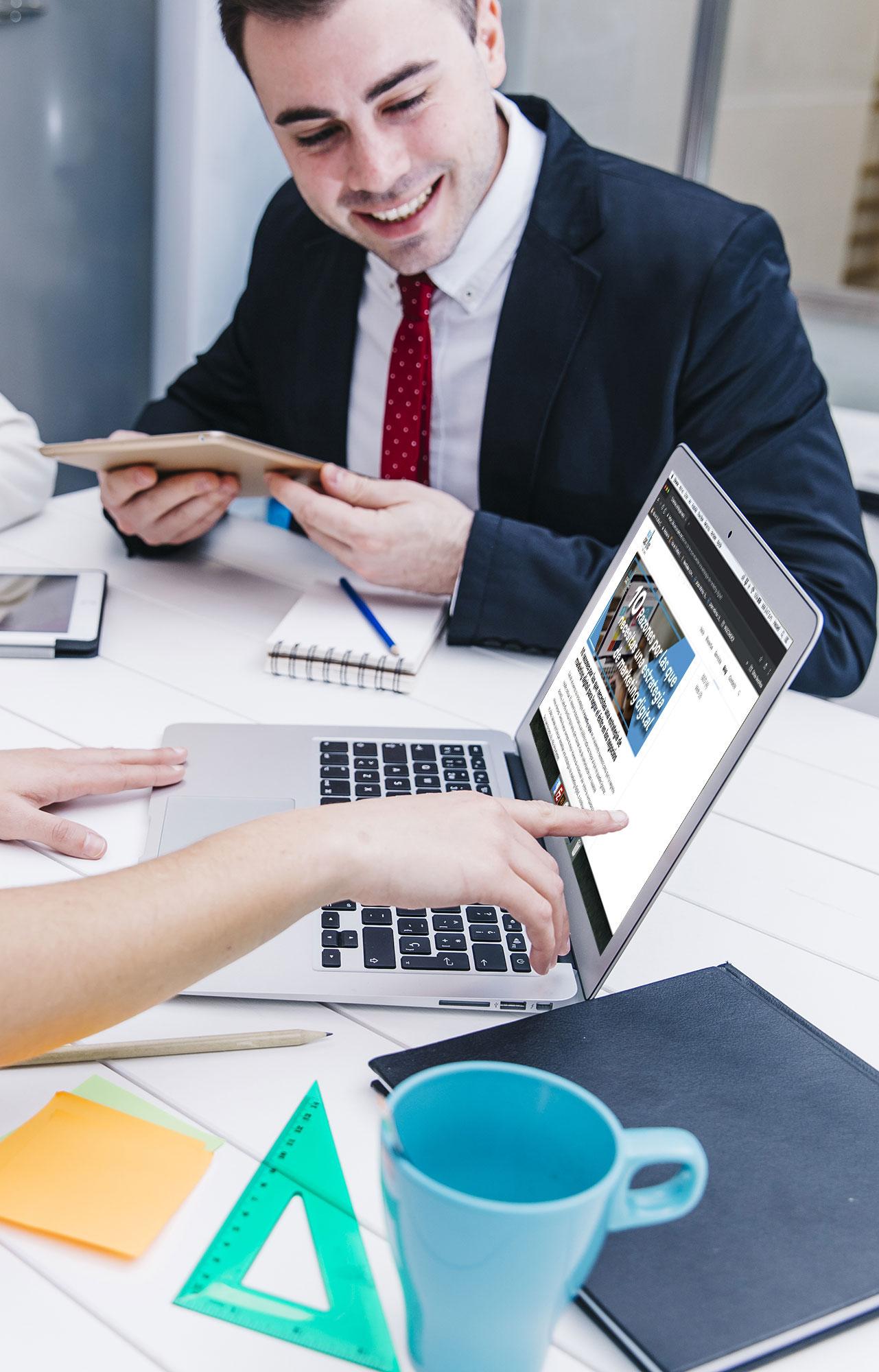 BluCactus - Dos personas trabjando con creación de contenido digital