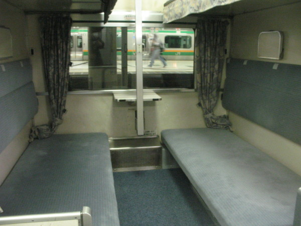 Goronto Seat has no amenities. But you can lie asleep. (C) JP Rail