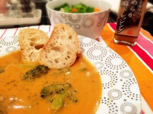 18.栄養たっぷりマルシェのローストしたトマトスープを、焼き立てのパンとマルシェのサラダとひろさんのすごくうまいゴマのドレッシングを召し上がり下さいね。いただきます!