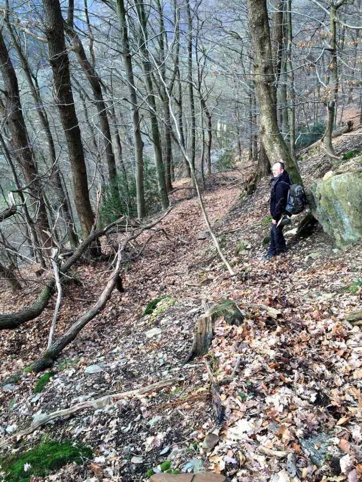 Steil bergab über Stock und Stein