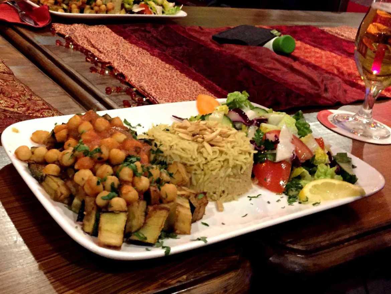 Kichererbsen und Aubergine mit Reis und Salat