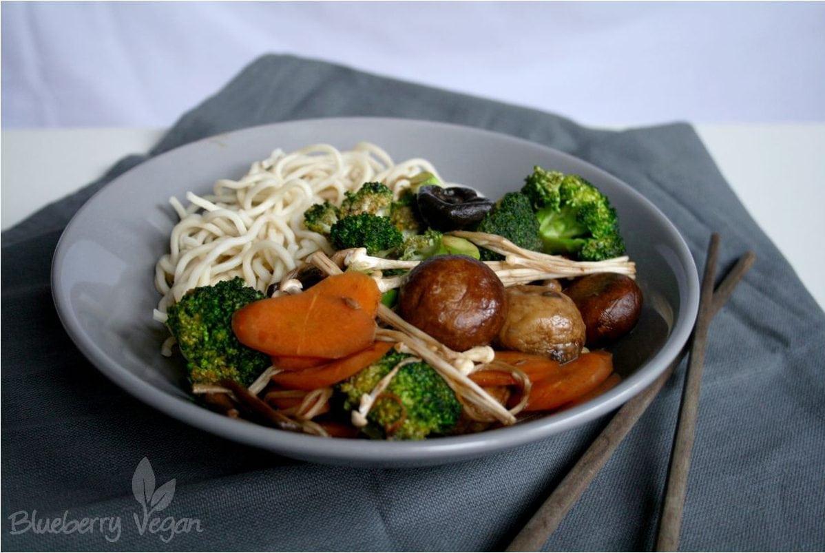 Wokgemüse mit gemischten Pilzen und Nudeln