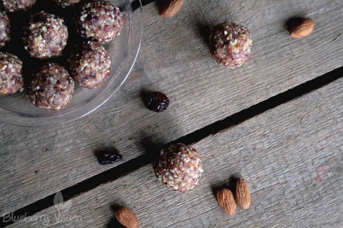 Energiebällchen mit Mandeln und Cranberries