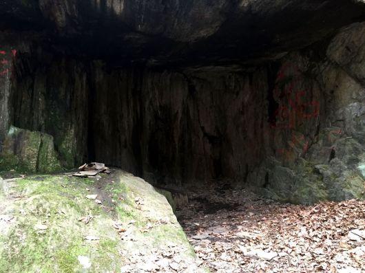 Eine kleine Höhle