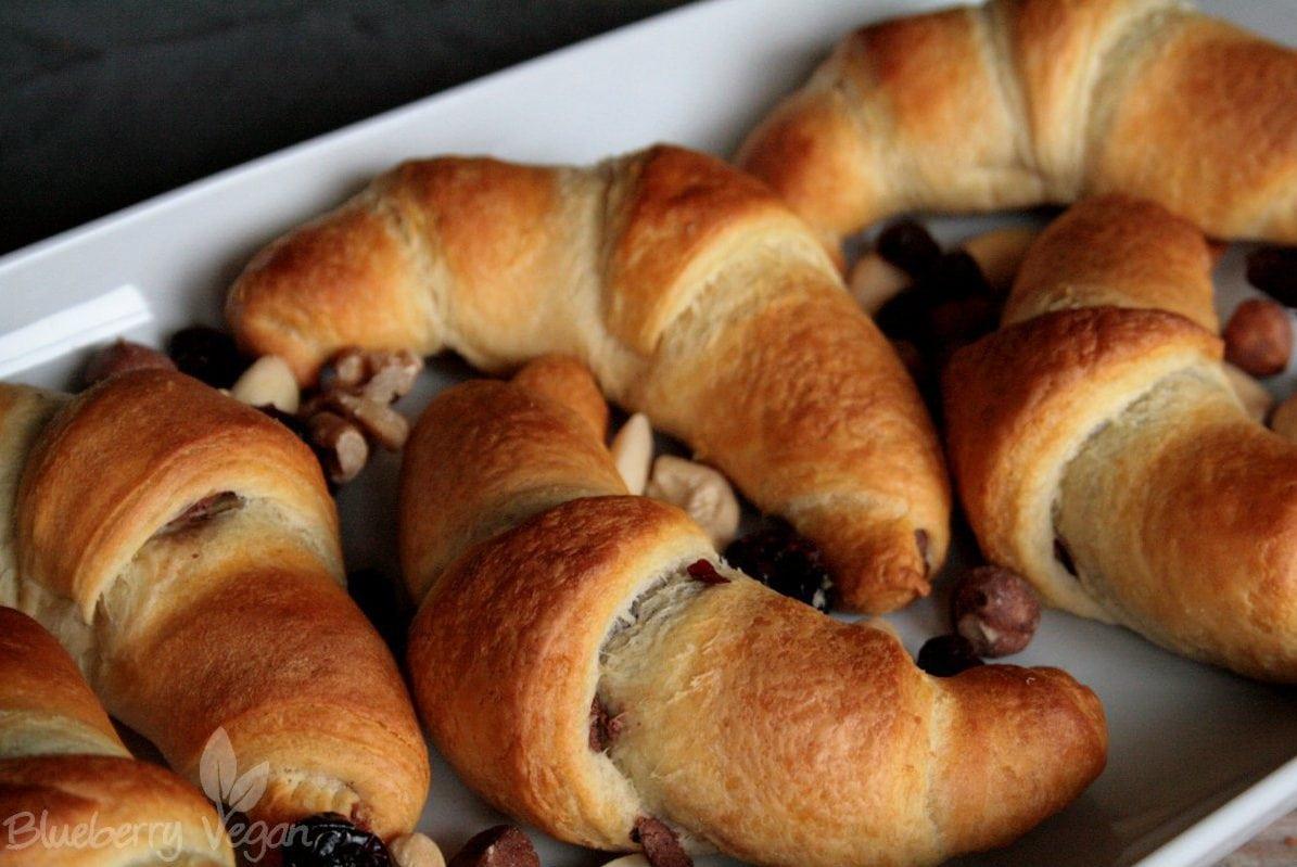 Schoko-Nuss-Croissants mit selbstgemachter Schokocreme gefüllt