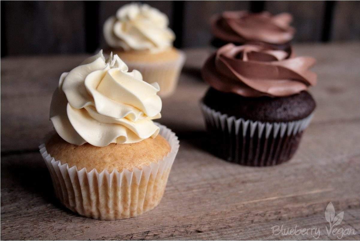 Einfache Schoko- und Vanille-Cupcakes