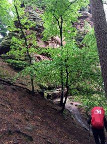 Schmale Wege vorbei an riesigen Felsen