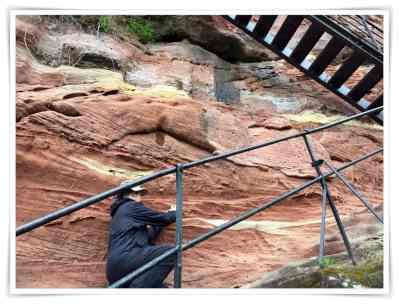 Marten beim Fotografieren des Sandsteins