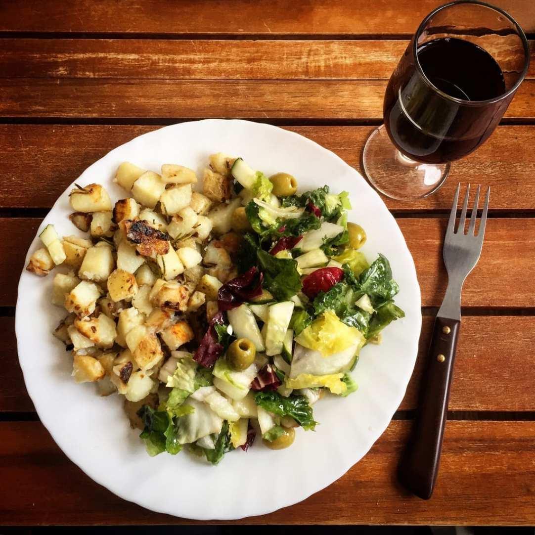 [cml_media_alt id='7049']Bratkartoffeln mit Rosmarin und Salat[/cml_media_alt]