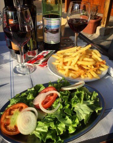 Salat mit Pommes - immerhin vegan