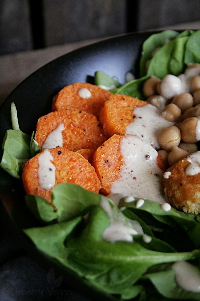 Bowl mit Süßkartoffeln und Spinat