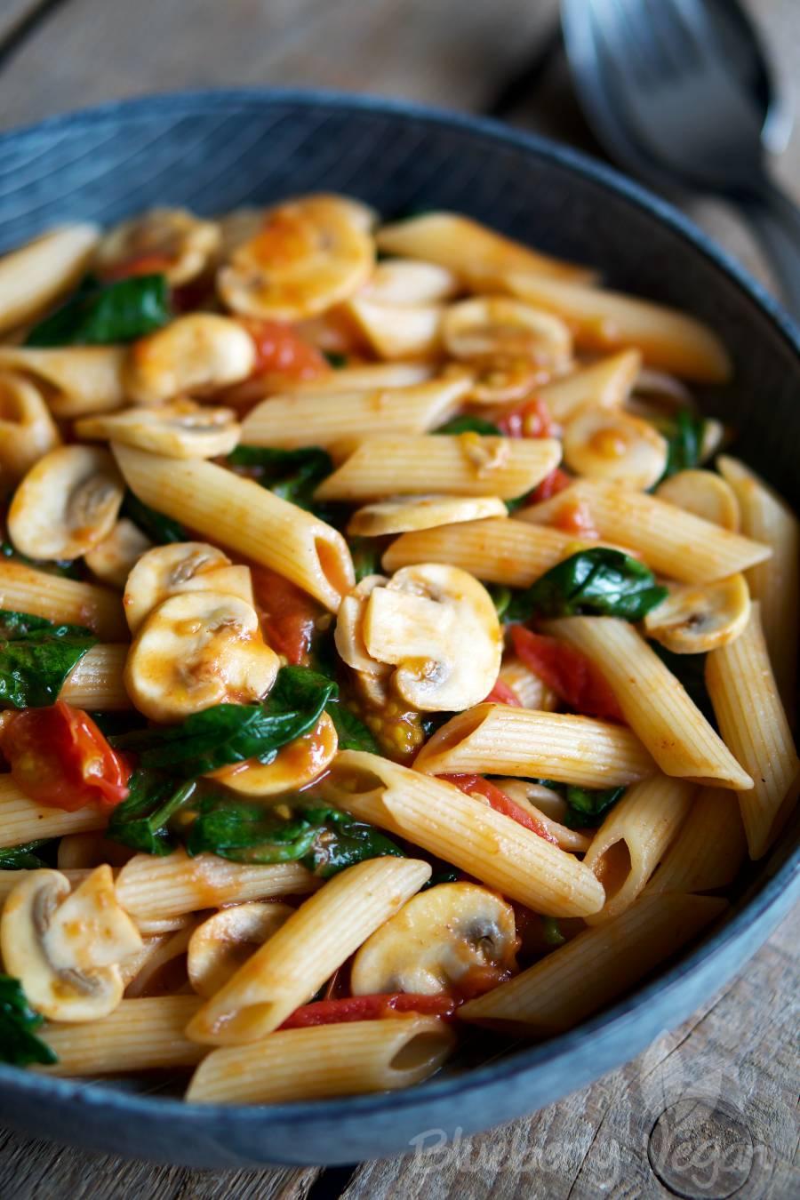 Schnelle Pasta mit Tomaten, Pilzen und Spinat
