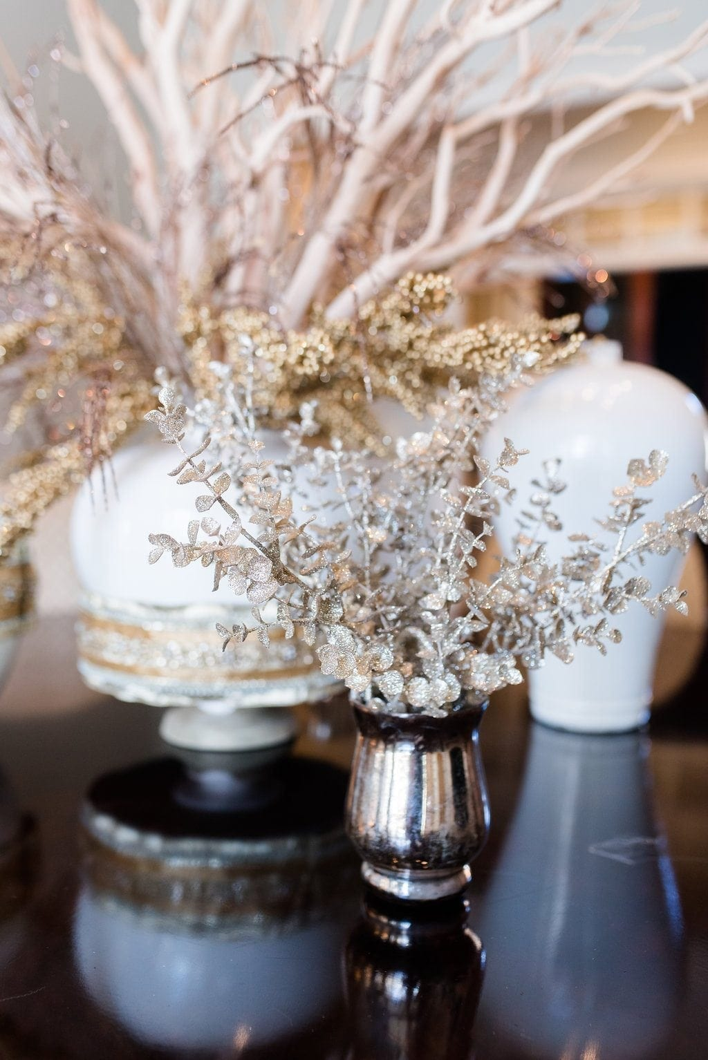 White and gold decorations for a dining room. Dining room decor ideas for tables.