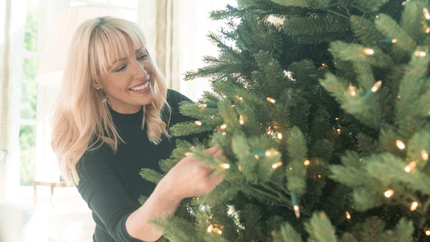 tips to decorate a Christmas tree video