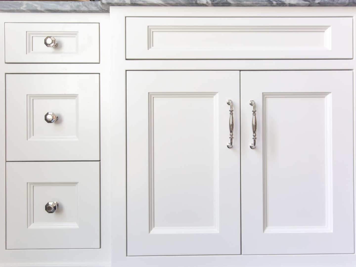How to choose bathroom hardware. Mixing pulls and knobs on cabinets.